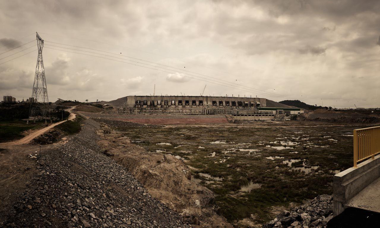 Das ist der drittgrößte Staudamm der Welt. Zumindest ein Teil davon. Belo Monte in Brasilien. Ich konnte heute dieses Bild machen: Es ist ein Symbol des Fortschritts und ein Ausdruck dessen, was Menschen leisten können. Aber es ist auch ein Symbol der Gewalt.