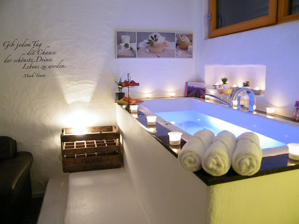 Relaxcottage Schloheck  Suite Cte dAzur Schlafzimmer mit Whirlpool  Sauna