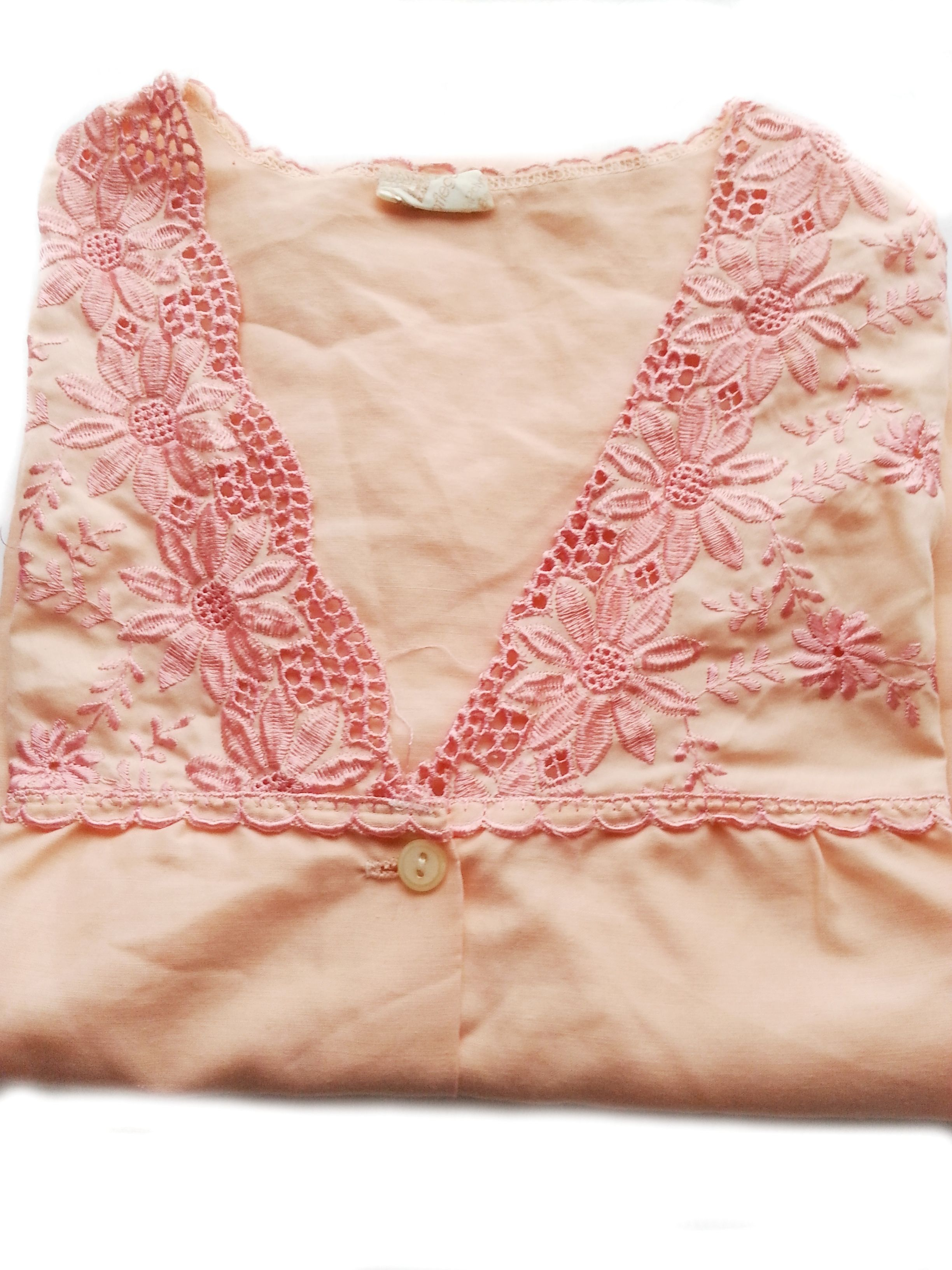 RBD1001  - Nachthemd orange, bestickt, in Größe 36, Original 70-ziger Jahre. Da es sich nicht um neue Ware (Antiquitäten) handelt, gibt es das Produkt in der Regel nur als Einzelstück. Beachten Sie ggf. andere Hinweise auch mehrteilige Sets in der Beschreibung