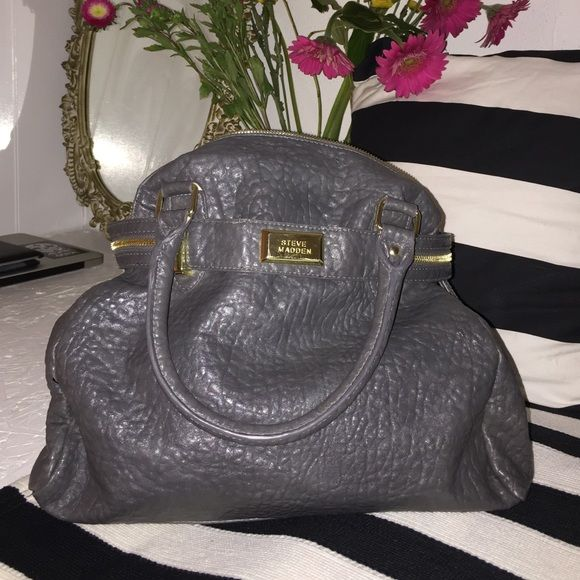 Grey Steve Madden purse Perfect condition. Used a only a handful of times. Gray with gold zipper, black and white chevron lining. So cute Steve Madden Bags