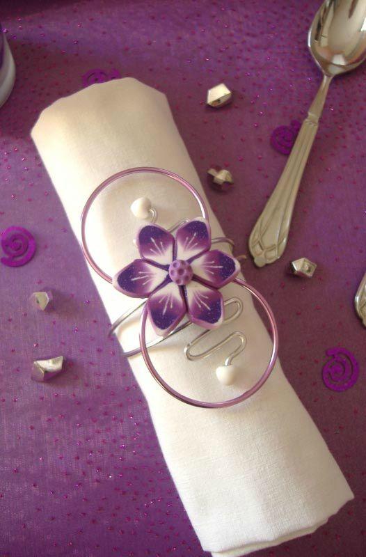 rond de serviette rose violet et blanc fleur sur fil aluminium serviettes pinterest. Black Bedroom Furniture Sets. Home Design Ideas
