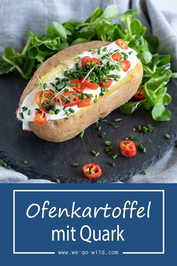 Leckere Ofenkartoffel mit Quark, Kräutern und Salat