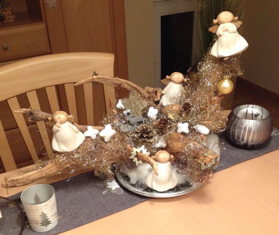 Weihnachtsdeko auf Baumwurzel