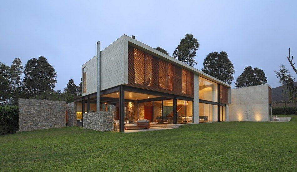 Imposante maison contemporaine au mélange de bois pierre et béton au