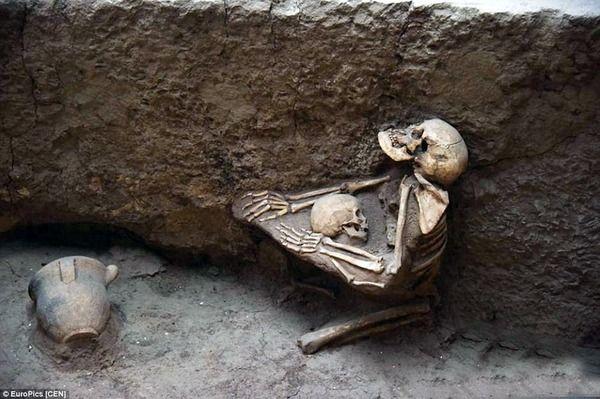 これは泣ける!4000年前地震で息絶えた母と子が抱き合う骨が見つかる 面白ニュース 秒刊SUNDAY   生と死, 歴史