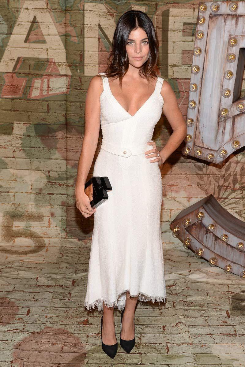 Julia Restoin Roitfeld con un vestido en blanco roto de Chanel con vertiginoso escote