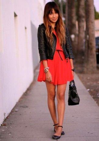 La versatilidad de un vestido rojo y un vestido skater rojo los hace prendas en las que vale la pena invertir. Bailarinas de cuero negras son una opción inmejorable para complementar tu atuendo.