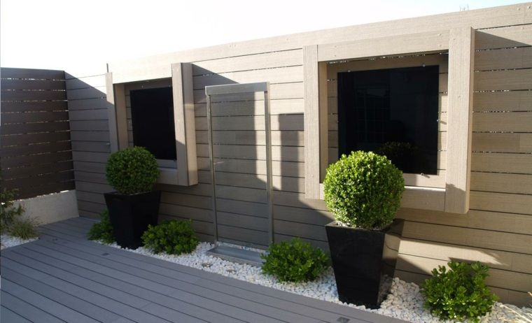 Idée jardin moderne : décoration avec pot de fleur design