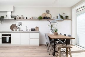 Vtwonen Keuken Houten : Witte keuken met witte tegeltjes en houten wandplank bij merel en