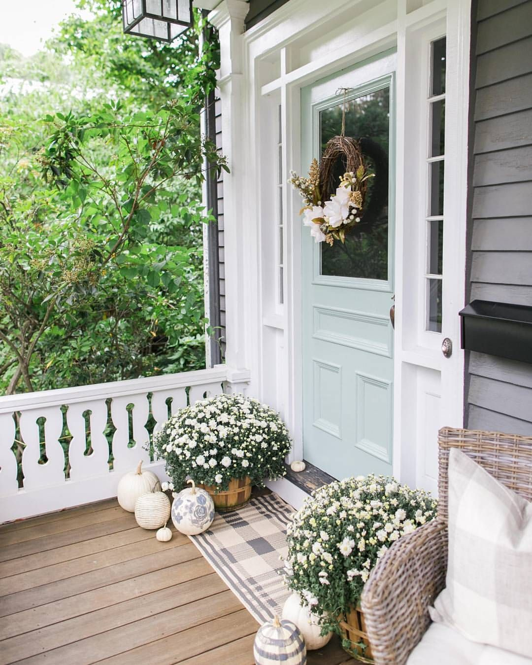 2 763 Likes 28 Comments Home Bunch Homebunch On Instagram Beautiful Take On Falldecor By Exterior House Colors House With Porch House Colors