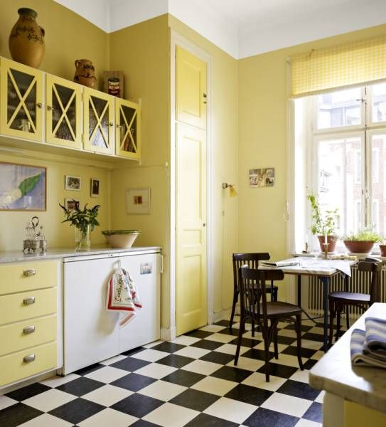 What a lovely bright and sunny kitchen