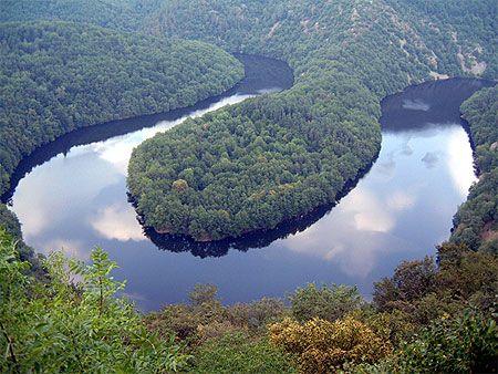 Amazonie ? No, Auvergne ! Auvergne > Puy-de-Dôme Auvergne > Puy-de-Dôme > Queuille > Méandre de Queuille > Fleuve  Le Puy-de-Dôme fut longtemps considéré comme une citadelle oubliée en plein cœur de la France. On venait dans le Puy-de-Dôme pour se soigner par les eaux. . La région n'a pas été épargnée par les bouleversements volcaniques. randonnées , ski. Géographiquement, le Puy-de-Dôme est une Auvergne en réduction.