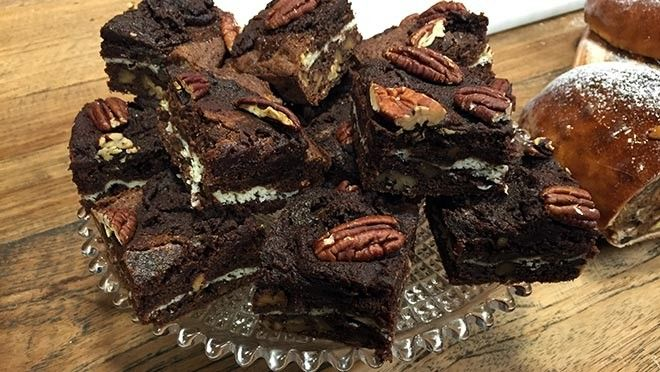 Brownies Verwarm de oven voor op 180 °C. Rooster de pecannoten circa 8 minuten. Houd 16 hele pecannoten achter en hak de rest fijn. Smelt de boter, roer...