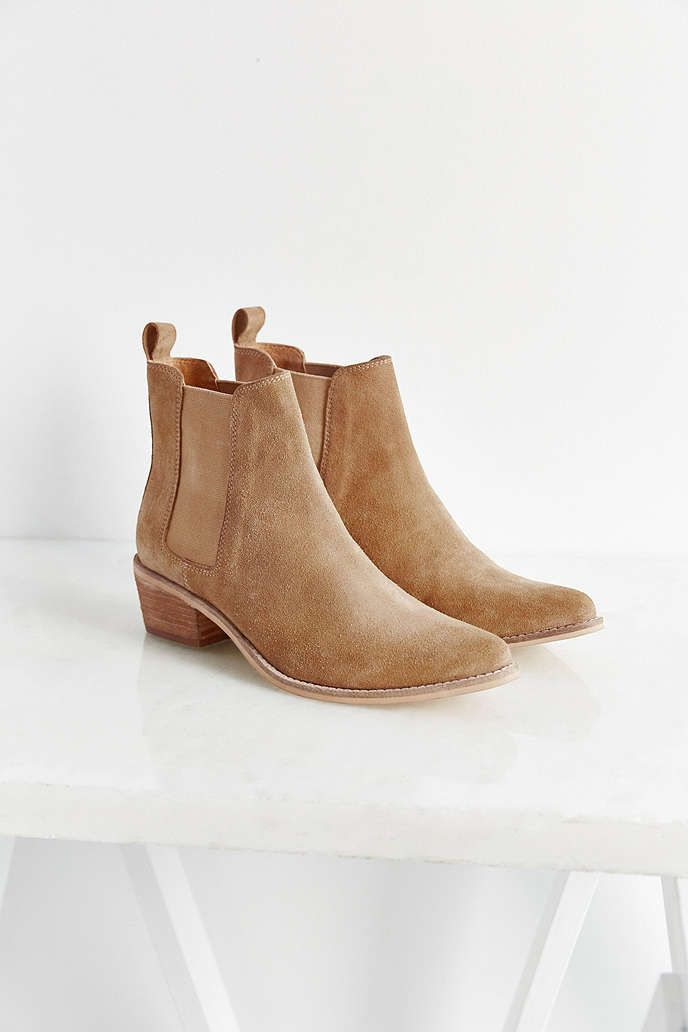1a70ffa9ad90 August Pointy Toe Chelsea Boot - Urban Outfitters