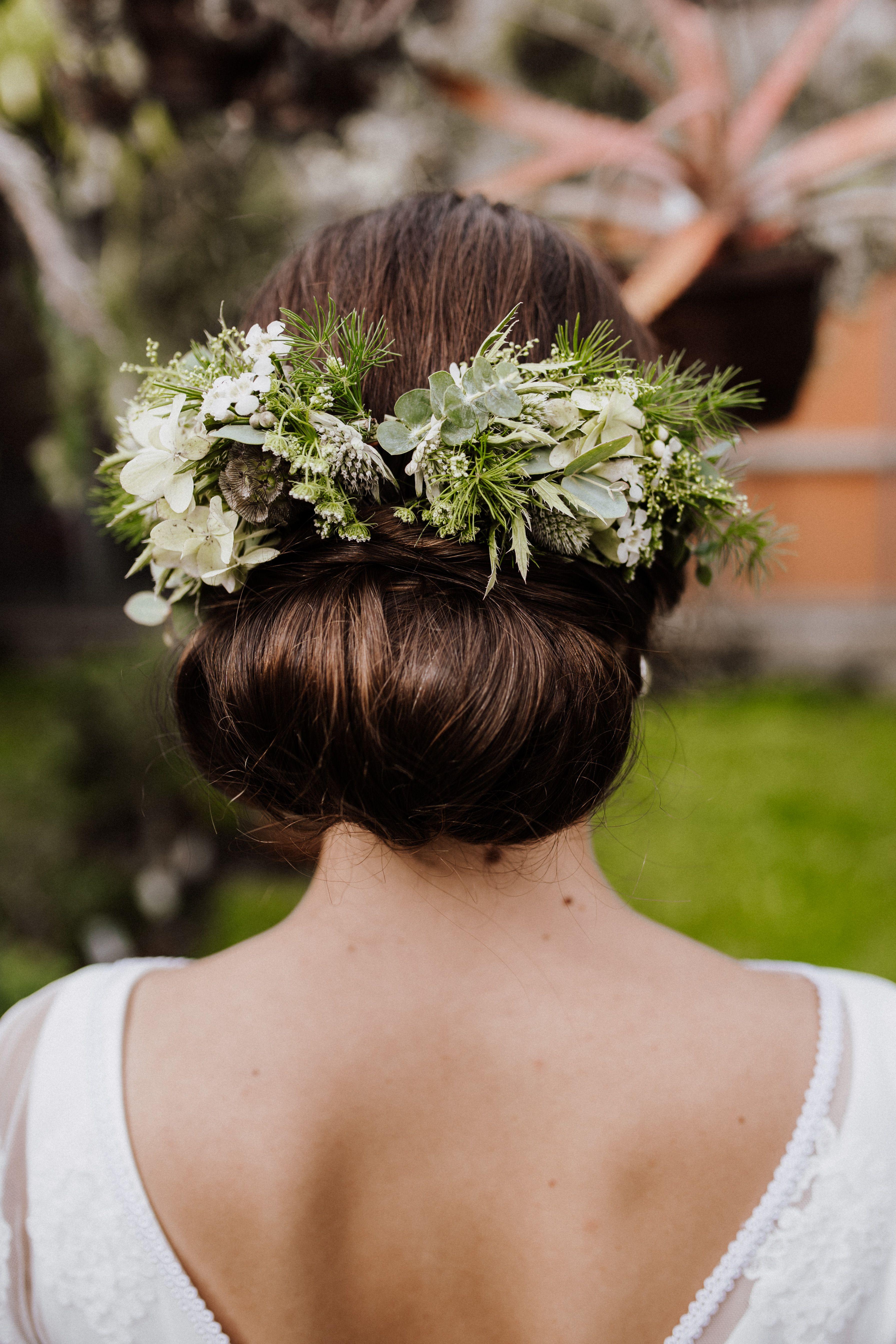 7d12c200bc6d5b Wunderhübsche Brautfrisur mit Blumen im Botanical Look. Perfekt für eine  Greenery Hochzeit. (Foto