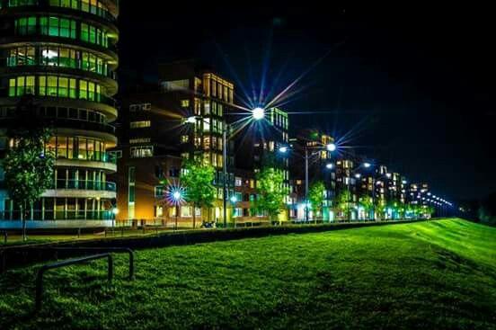 Foto van de Maasboulevard Maaspoort  's-Hertogenbosch #avondfotografie #denbosch #maas #dijk #maaspoort #maasboulevard (c) copyright