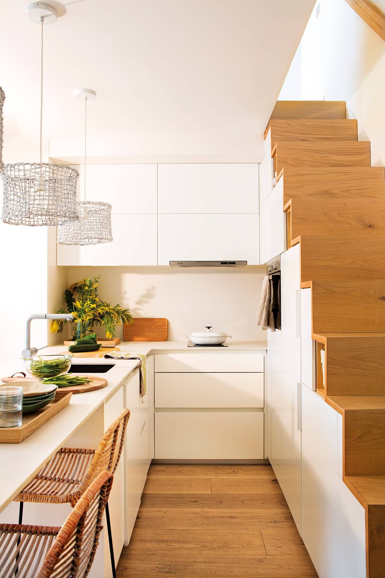00480643. Cocina Blanca Con Escalera Con Espacio Para Guardar 00480643