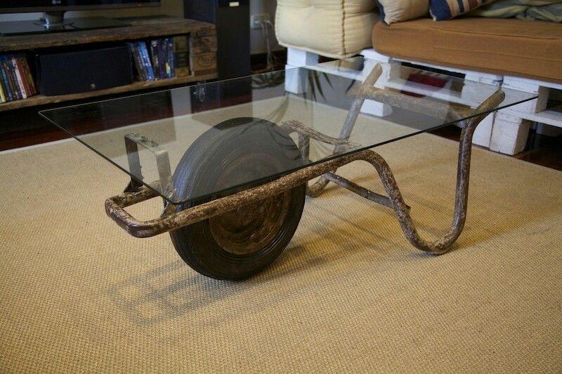 Mesa hecha con antigua carretilla de mano recuperada