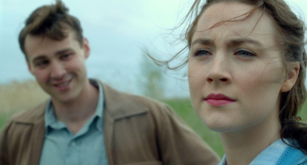 Synopsis: «Le film raconte l'histoire d'Eilis Lacey, une jeune immigrante irlandaise à Brooklyn dans les années 1950. Attirée par la