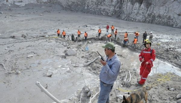 "Authorities assess the extent of the spill. (Photo: teleSUR) from Telesur A retention dam breaks in a gold and silver mine in Mexico's northern state of Sinaloa, causing nearly 11,000 tons of toxic material to pollute nearby rivers.  Roughly 10,800 tons of toxic material from the ""Two Gentlemen"" mine in the northern Mexican state of Sinaloa leaked into the Chupaderos stream, which flows into the Baluarte River in the town of Concordia, local authorities reported Friday. State and federal ..."