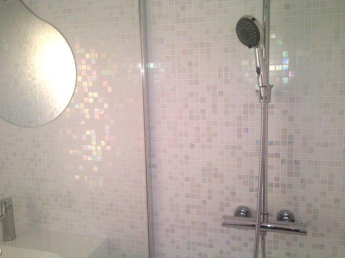 Mur de douche à l\'italienne en pâtes de verre Bianca | salle de bain ...
