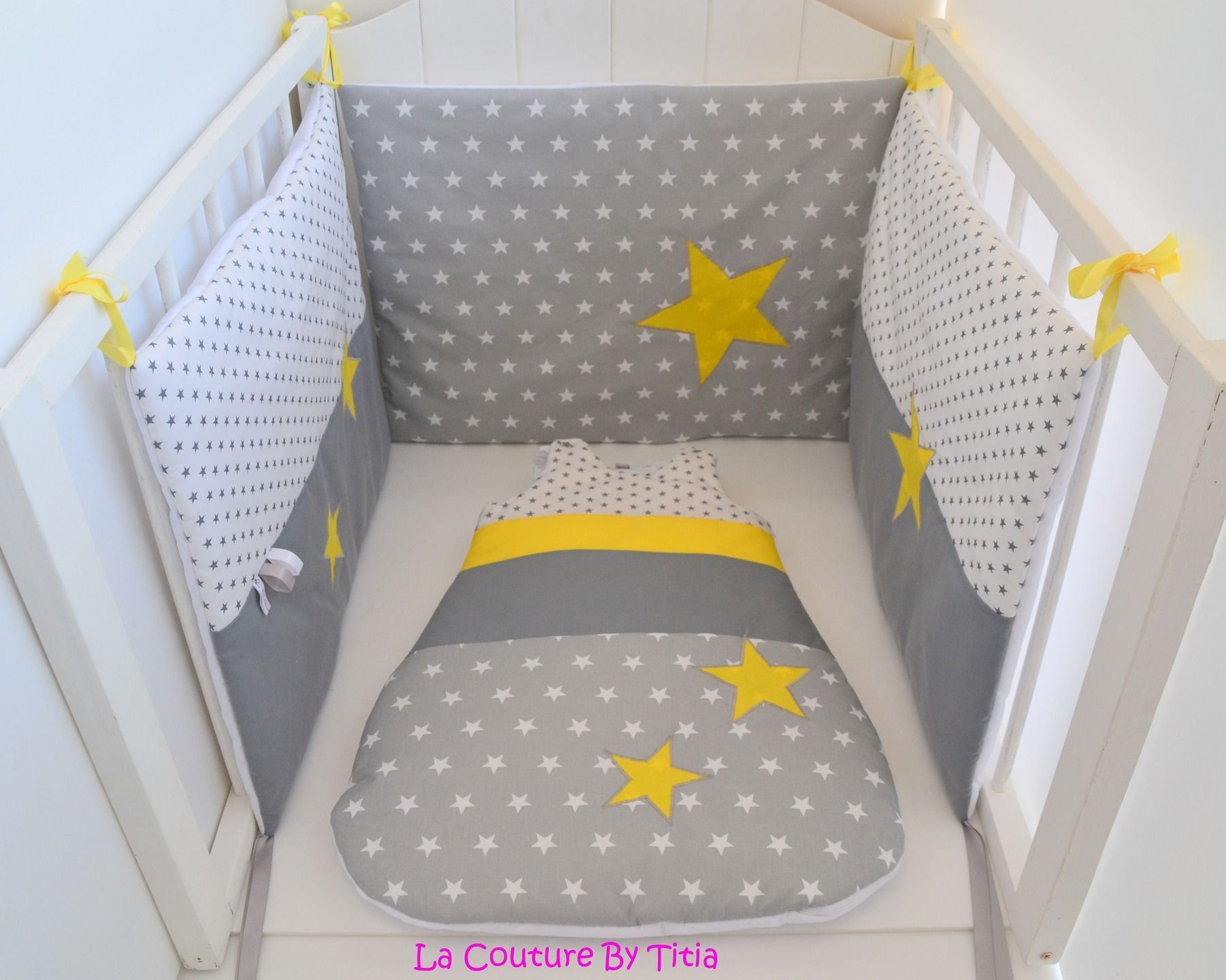tour de lit et gigoteuse fait main etoiles gris et jaune lacouturebytitia baby rooms. Black Bedroom Furniture Sets. Home Design Ideas