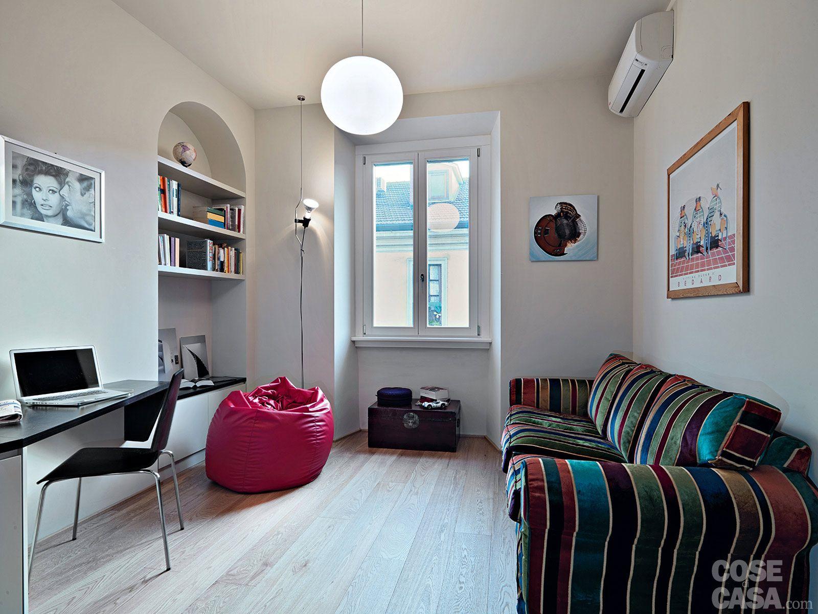 Soggiorno Etnico ~ In soggiorno il divano di linea morbida è rivestito in velluto a