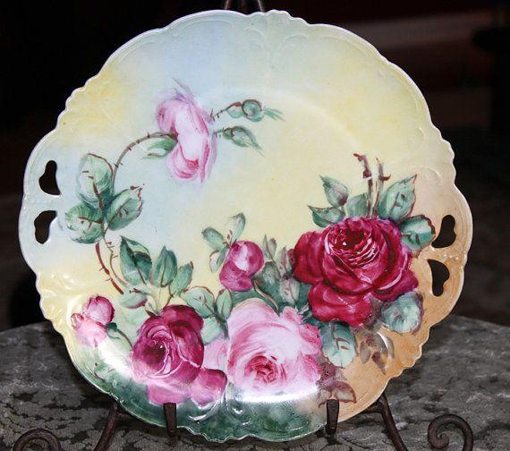 """Antique Decorataive Plate. Mão de exibição Placa Pintado. Prato de porcelana com rosas. Duas Alcas. Bordas recortadas. """"Diâmetro 10."""
