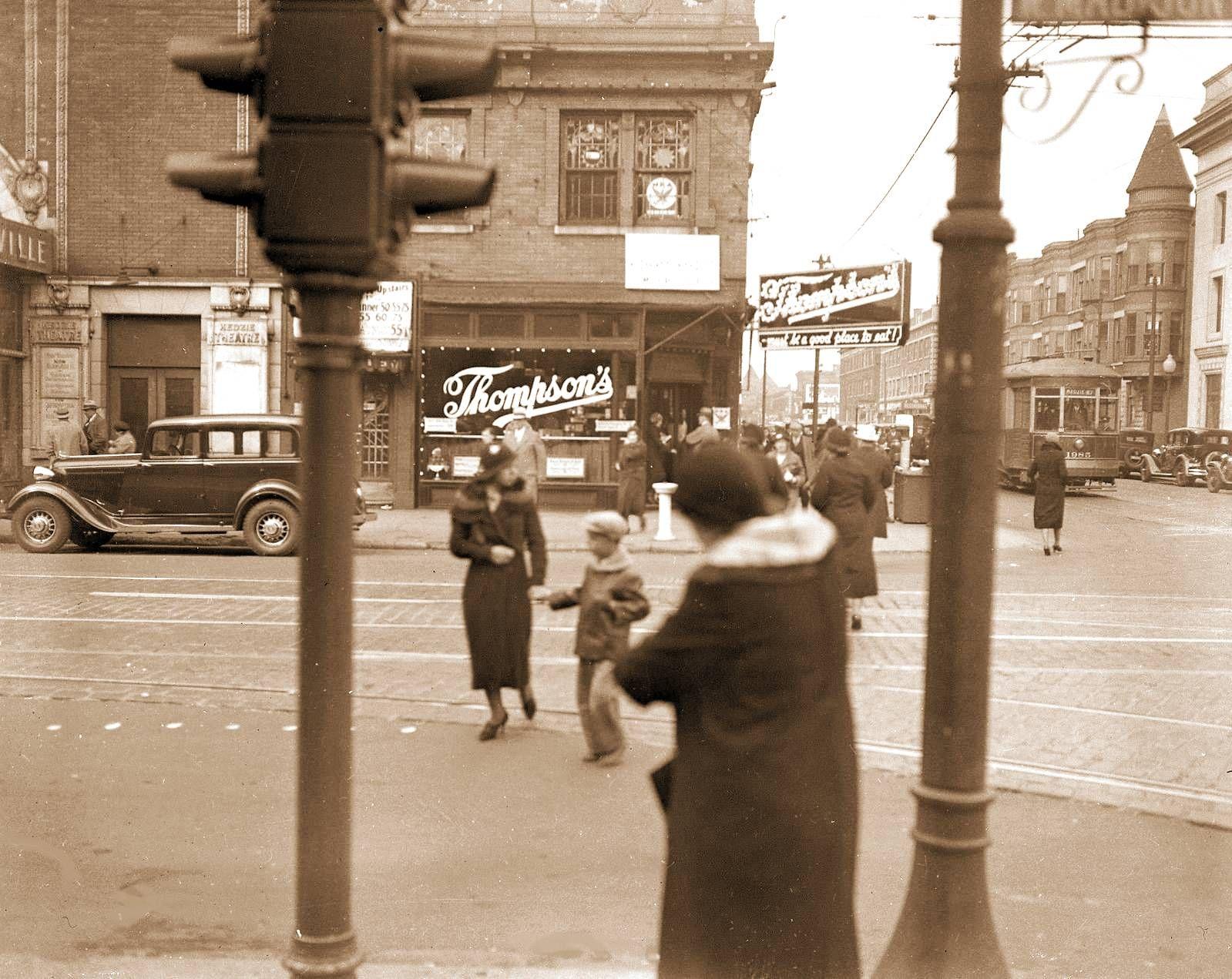 photo-chicago-madison-at-kedzie-thompsons-restaurant-on-corner-kedzie-theatre-on-left-note-sidewalk-drinking-fountain-c1930.jpg (1599×1271)