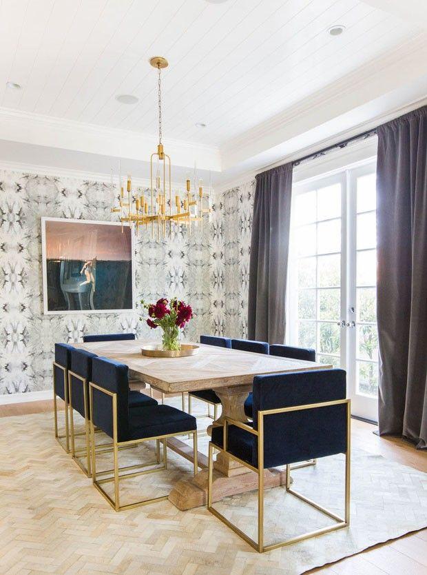 Azul marinho e dourado trazem visual sofisticado para casa de praia