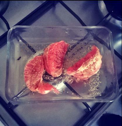 Pompelmo caramellato al forno con una spolverata di cannella e zucchero di canna