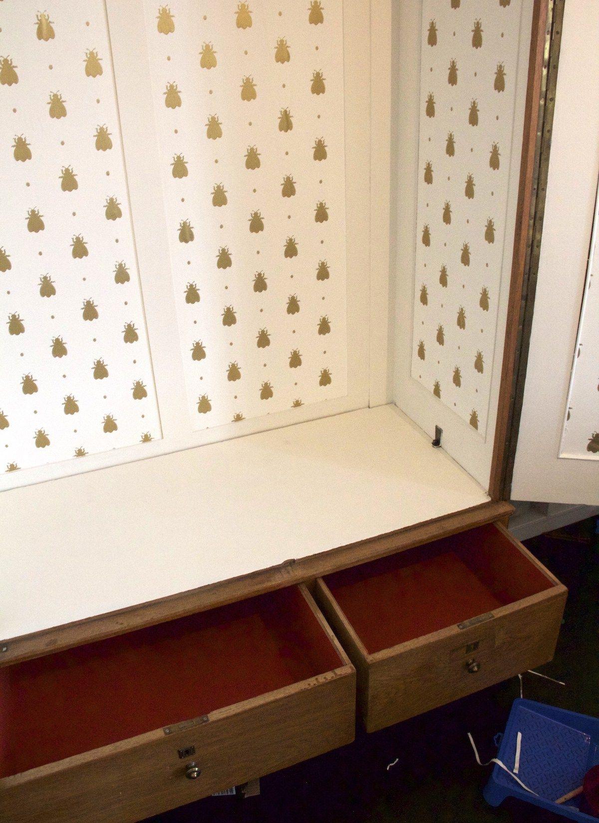 einen alten schrank tapezieren eine idee ganz einfach umgesetzt schr nke umgestalten. Black Bedroom Furniture Sets. Home Design Ideas