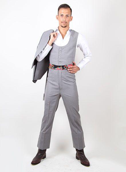 9ee10dbf7c795 Moda flamenca  trajes de corto hombre de color gris que podrás combinar con  nuestra extensa