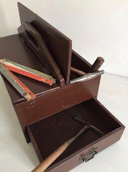 A l'origine, il s'agit d'une boite à outils mais elle pourra devenir une boite de rangement pour les photos, le matériel de couture. Deux compartiments (43 cm sur 13 cm)  fermés par un petit crochet et un grand tiroir en partie basse (42 cm sur 26 cm). De fabrication artisanale, elle se transporte facilement avec sa poignée centrale. L. 46 cm  l. 30 cm  H. 22 cm