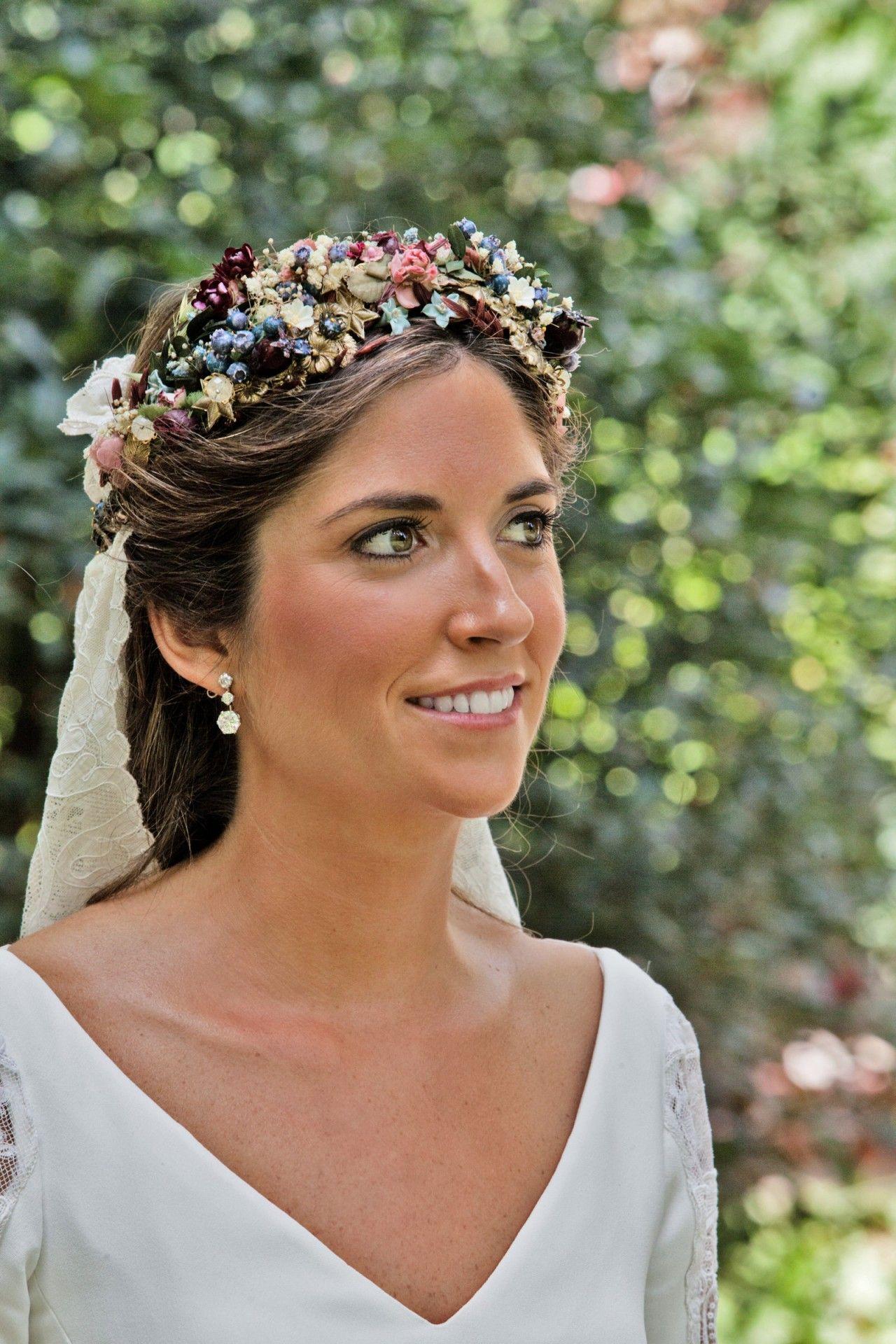 Hoy publicamos una de esas bodas con las que tienes un flechazo absoluto.  Nos enamoramos de la diadema de colores de Bea y su maravilloso vestido 08539de9eeac