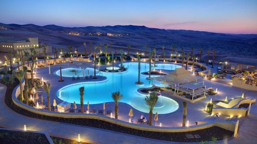 les 10 plus belles piscines d 39 h tel du monde le monde des voyages pinterest desert resort. Black Bedroom Furniture Sets. Home Design Ideas