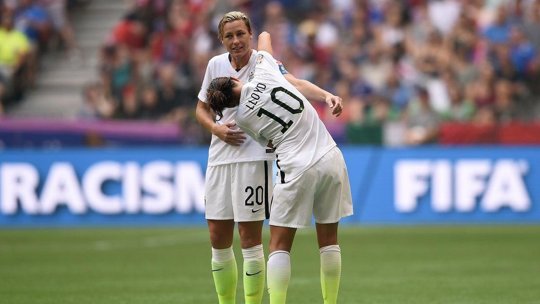 Carli Lloyd Gives Abby Wambach Captain S Armband Fifa Women S World Cup Usa Soccer Women Carli Lloyd