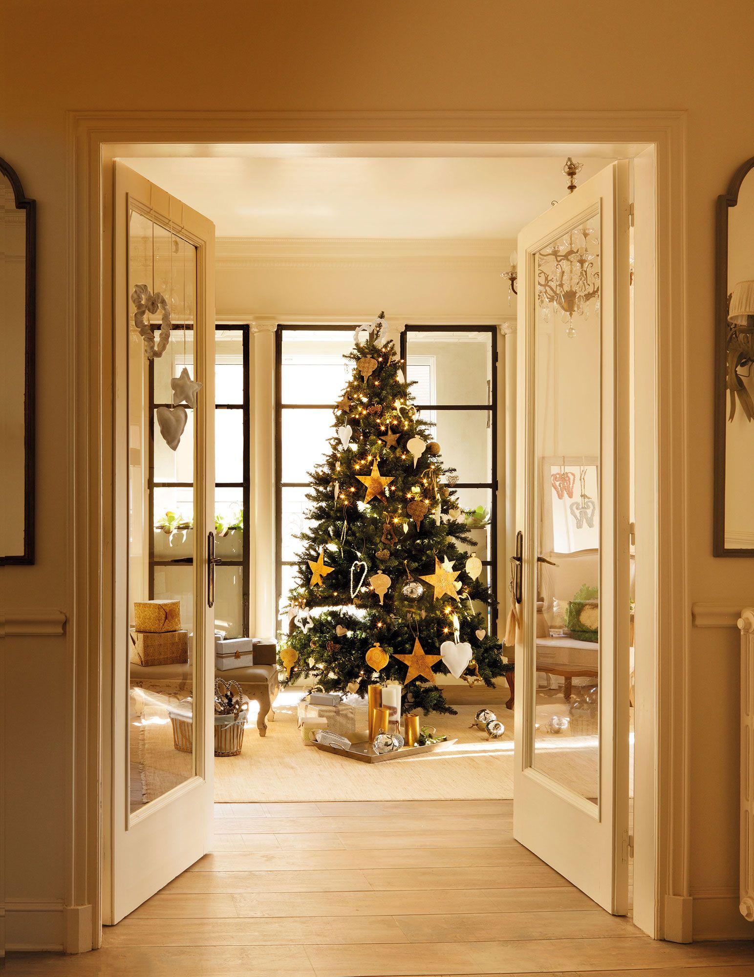8b2b755024e1f Árbol de Navidad con adornos dorados
