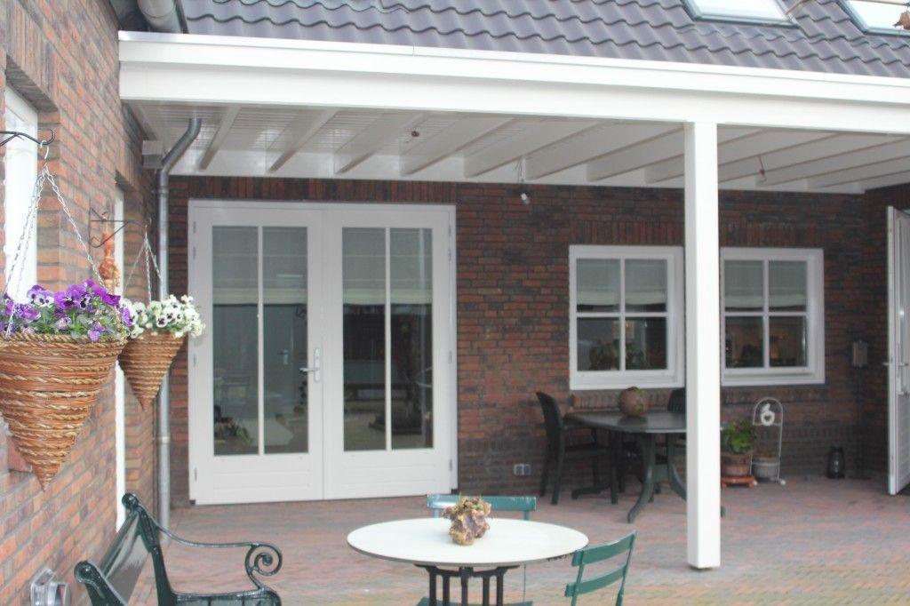 overkapping met lichtstraat | Overkapping in landelijke stijl met balken en schroten-plafond.