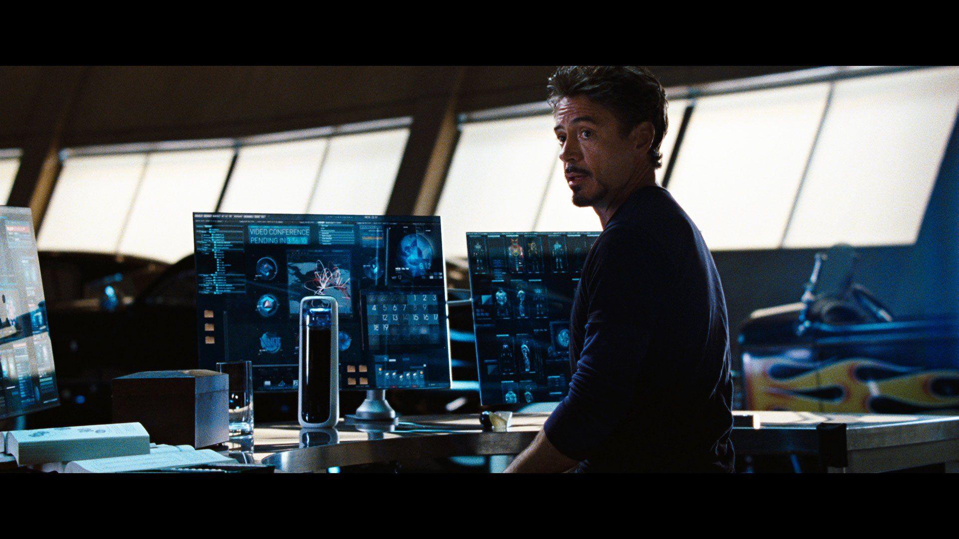 Tony stark dans son bureau high tech avec sa kor delta for Bureau high tech