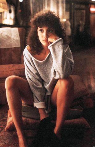 """Jennifer Beals O cabelo da atriz Jennifer Beals no filme """"Flashdance"""" (1983). Tava super na moda o corte de cabelo repicado no topo da cabeça e o permanente ao longo das mechas"""