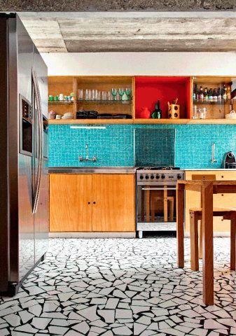 As cozinhas estão mais coloridas do que nunca. Quem não quiser arriscar uma transformação total pode apostar em detalhes, como os eletrodomésticos. Para ousar mais, as pastilhas dão cor e exigem pouco reparo. Garrafas de cerveja, água mineral e outras bebidas podem se transformar em belos enfeites, perfeitos para esse cômodo da casa. Escolha as que têm rótulos, cores e formatos bonitos. Elas ainda trazem a graça do reaproveitamento.