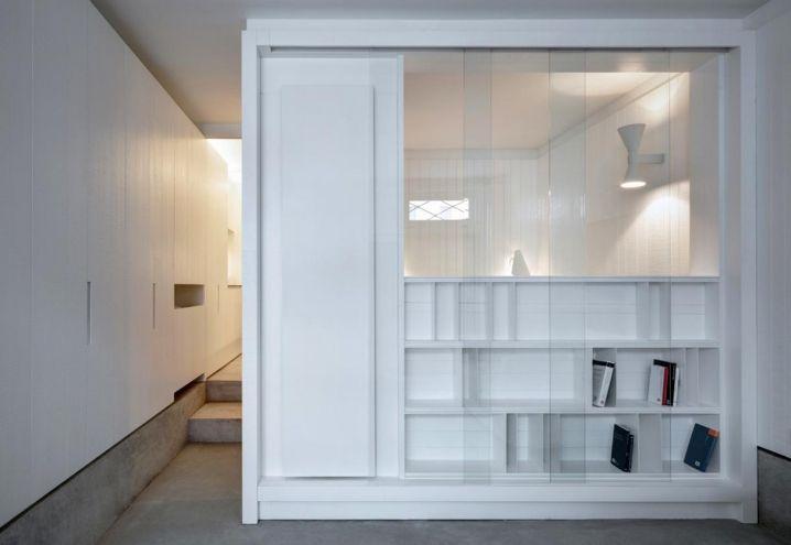 La libreria su misura in total white diventa elemento divisorio tra