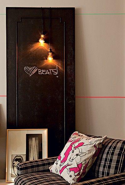 A porta velha virou suporte para duas lâmpadas penduradas apenas pelos fios de eletricidade & Quadro de avisos azcodes.com