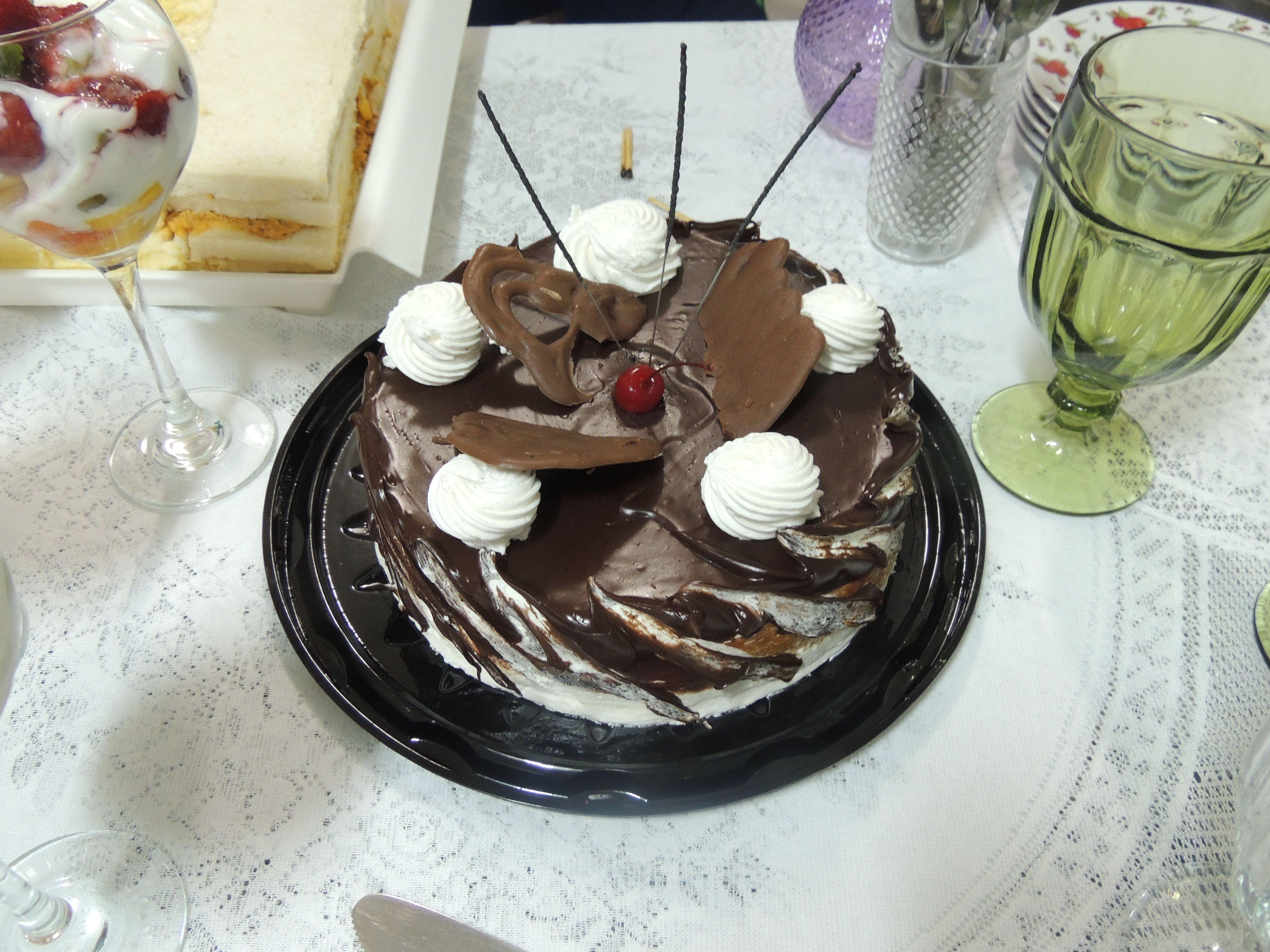 Um bolo delicioso de chocolate.