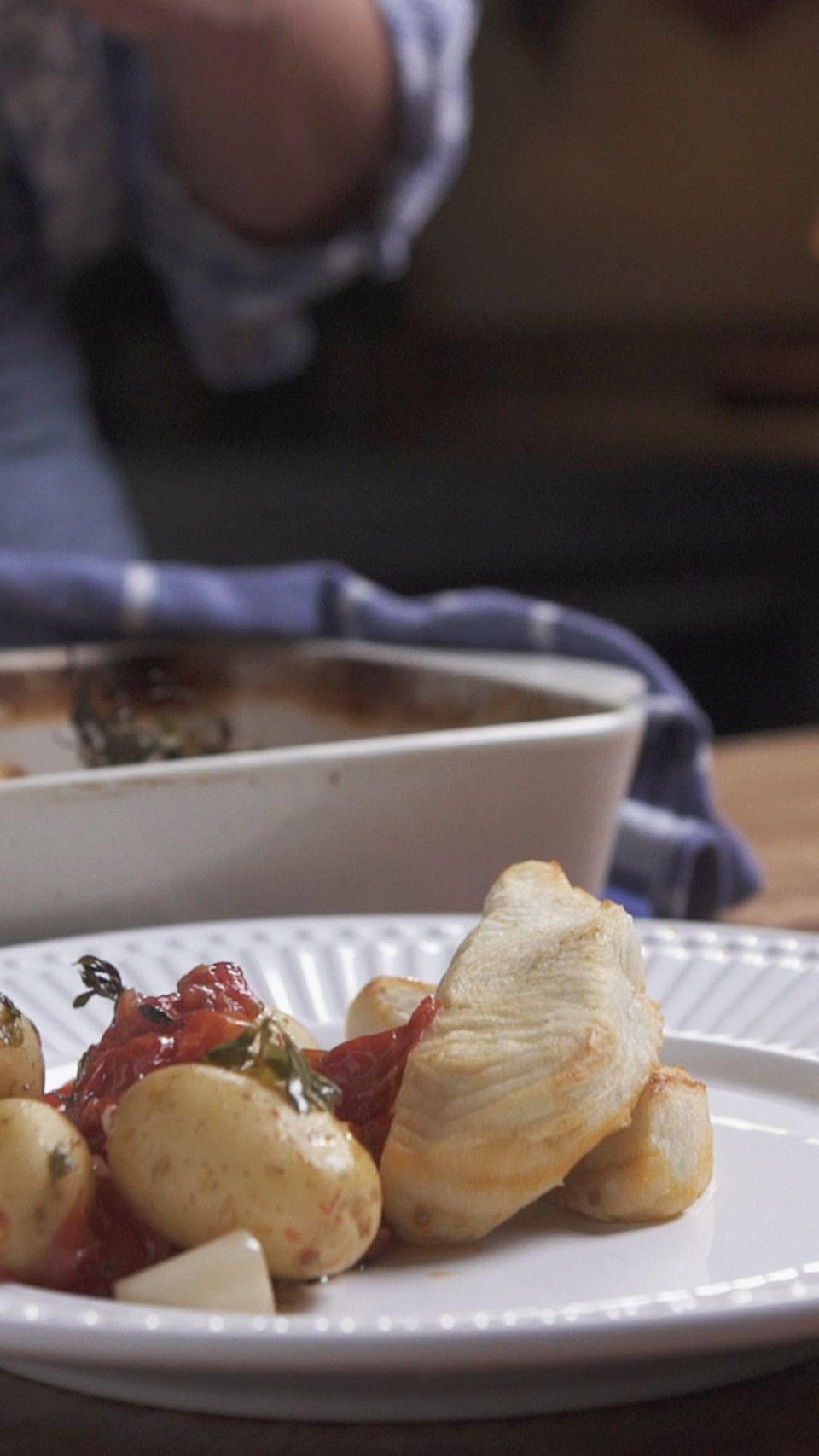 Quer pegar leve tanto no almoço quanto no jantar? Então prepare essa deliciosa receita de peixe assado sobre cama de tomates e ervas.
