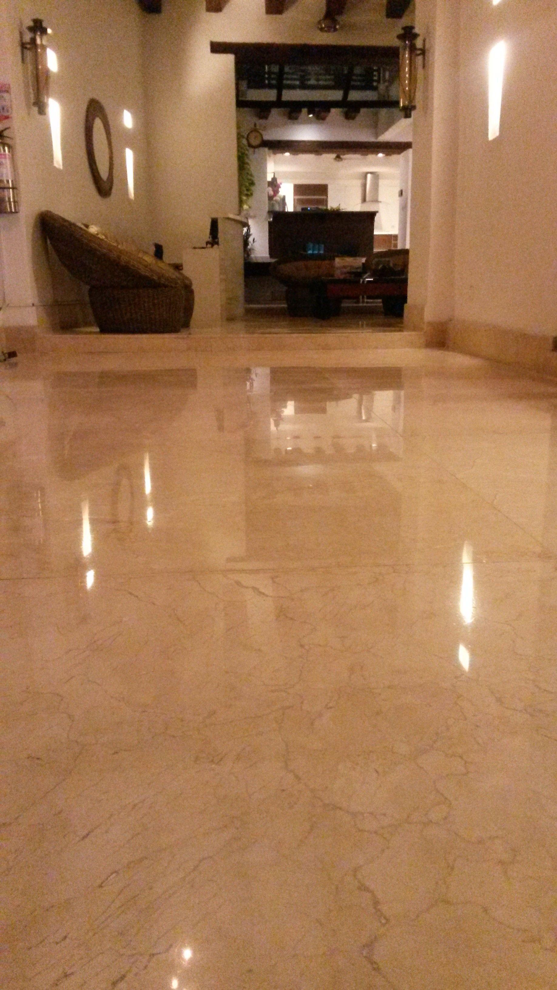 Entrada principal en la noche, piso sellado y cristalizado