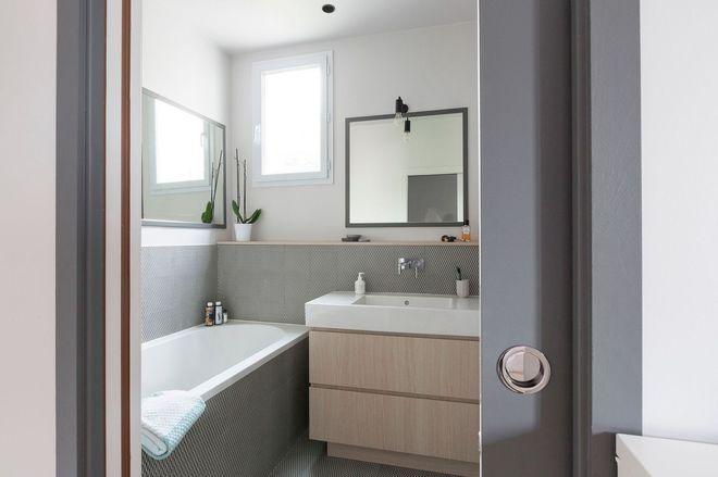 Une élégante salle de bains décorée dans un camaïeu de gris