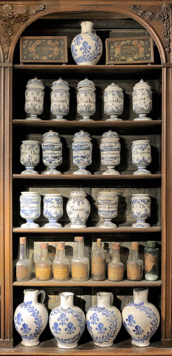 Scaffalatura di una farmacia con vasi