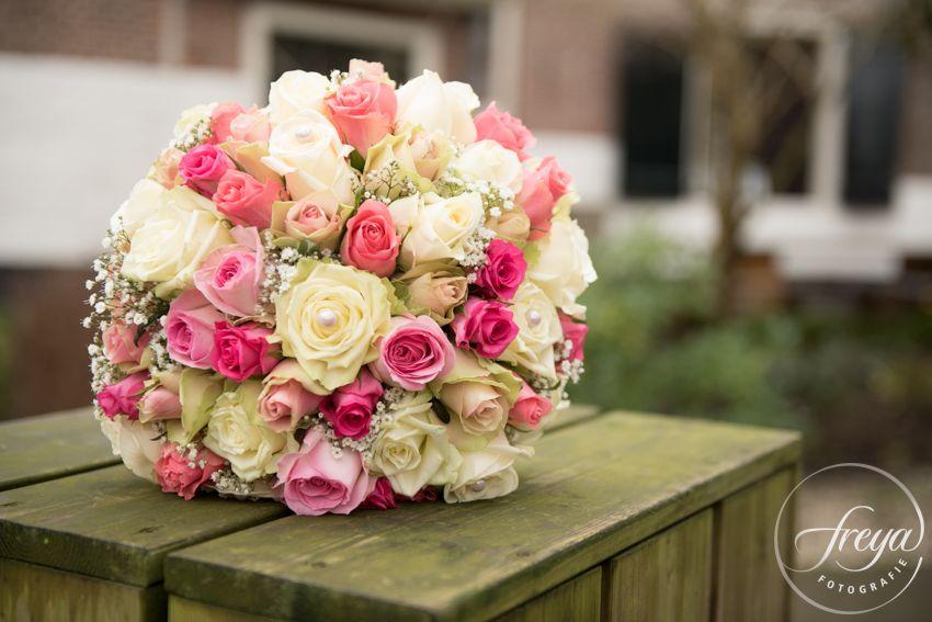 trouwboeket - bruidsboeket door Ansje Priem bloemen - http://www.trouwfotografiefreya.nl/real-weddings/boerenbruiloft-trouwring-wedding/